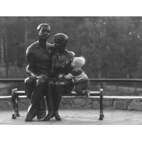 Carte Enfants Noir et Blanc Bébé et couple de statues sur un banc