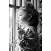 Carte Enfants Noir et Blanc Adorable Fillette regardant par la Fenêtre