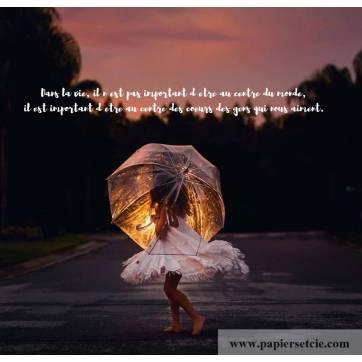 """Carte citation Bonheur: """"Dans la vie, il n'est pas important d'être au centre du monde"""""""