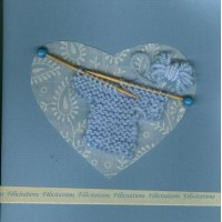 Carte artisanale naissance tricot bleu clair fond bleu clair