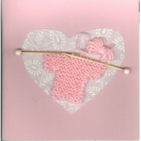 Carte artisanale naissance tricot rose fond rose