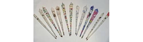 Stylos bille en papier forme plume
